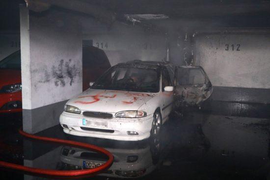 """Das Fahrzeug wurde vor der Brandstiftung noch beschmiert - mit Hakenkreuz und """"SGD"""". Foto: Roland Halkasch"""
