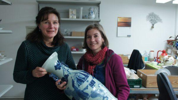 Bärbel Herrmann und Franziska Beck mit einer chinesischen Vase in besten Händen.