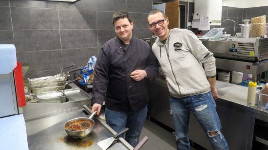 Küchenchef Michel Kühn (links): Zu Stoßzeiten gehen mehr als 100 Burger pro Stunde raus.