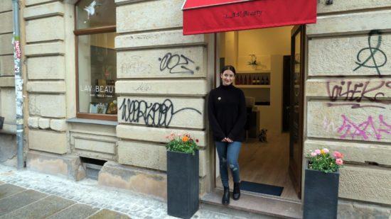 """Lea Aida Vilbrandt vor ihrem Salon """"LAV Beauty"""" auf der Pulsnitzer Straße."""