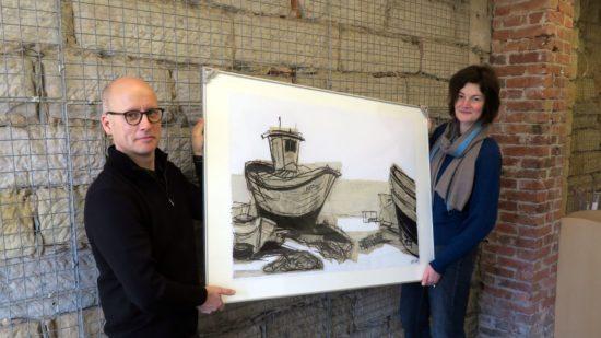 Remo Dudek und Sybille Nütt mit einem Werk von Ursula Strozynski.
