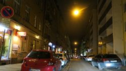 Der Fußweg an der Alaunstraße ist abends regelmäßig zugeparkt.