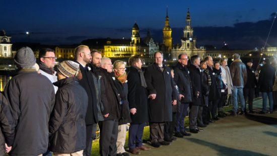 Oberbürgermeister Dirk Hilbert reihte sich auf der Neustädter Seite in die Menschenkette ein.