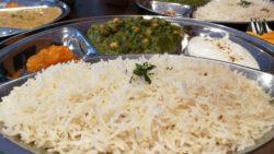 Kichererbsen baden in Spinat, dazu Joghurt und Reis.
