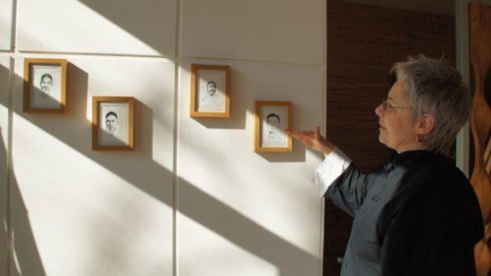 Evelyne Henze zeigt die Linie ihrer Großmeister. Das Wissen wird mündlich weiter gegeben und jährlich geprüft. Als Zertifikat gilt ein Foto, auf dem man mit dem Meister abgebildet ist.