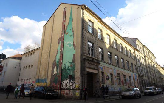 15. Grundschule an der Görlitzer Straße. Für die Brandmauer soll es einen künstlerischen Wettbewerb geben.