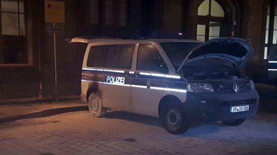 Angezündetes Polizeiauto - Foto: Bundespolizei