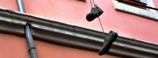 Andernorts (hier Louisenstraße) werden Schuhe einfach über Leitungen geworfen. Foto: Archiv 2012