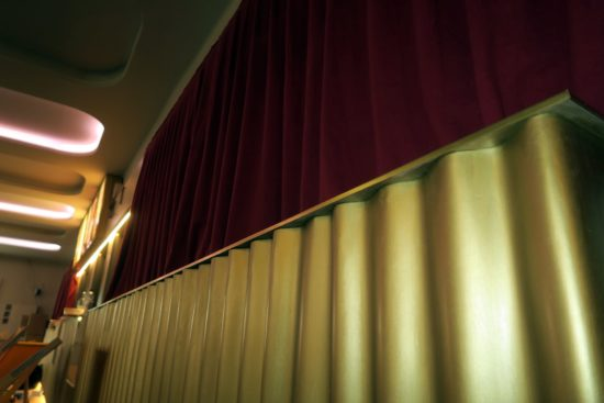 Goldenes Holz im Foyer.
