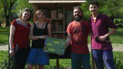 BUND-Vertreter und Stadtgärtner haben die Nisthilfe für Wildbienen eröffnet. Foto: PR/Ida Hadel