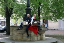 Sternekoch Stephan Mießner und sein Kollege Leonhard Tschernjawski haben am Rebekka-Brunnen hinter der Dreikönigskirche schon mal ein bisschen Picknick probiert. Am Sonnabend werden sie für kulinarische Überraschungen sorgen.