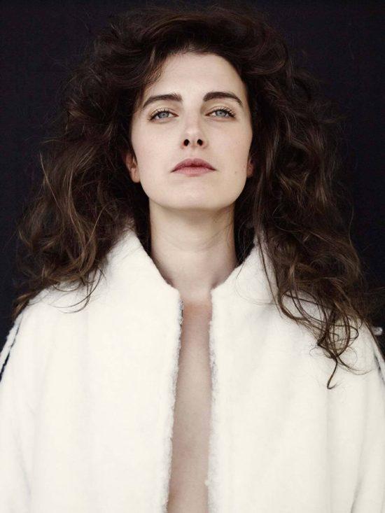 Die tschechische Sängerin Never Sol komponiert ihre Lieder am Klavier und digital. PR