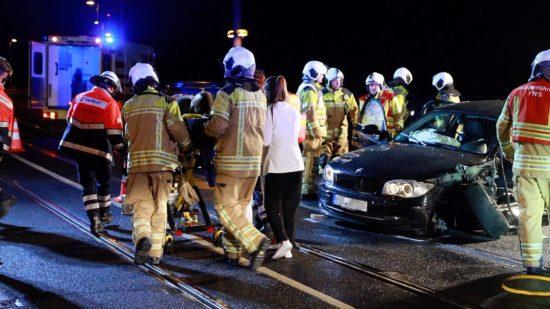 Fahrer und Beifahrer mussten ins Krankenhaus gebracht werden.