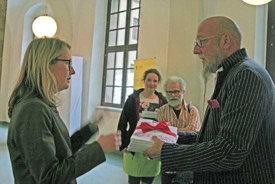 Olaf Nilsson übergibt die Unterschriftenlisten an Bürgermeisterin Annekatrin Klepsch.