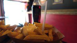 Pommes über Currywurst