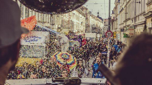 Laut und bunt verschafft die Tolerade einer kulturellen Schubkraft Dresdens Gehör. Foto: Moritz Schlieb
