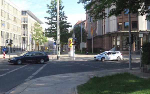 Die Kreuzung am Rosa-Luxemburg-Platz soll nach Willen der Eltern eine Signalleuchte bekommen.