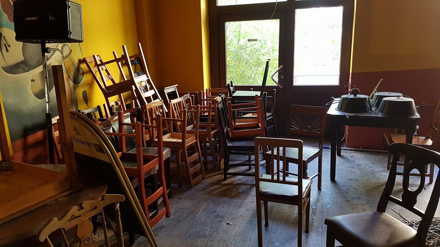 Tische, Stühle, alles muss raus.