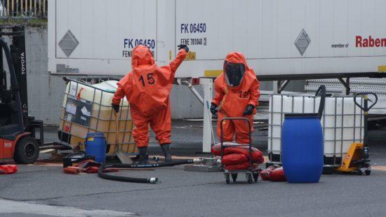 Feuerwehrleute binden die ausgelaufene Flüssigkeit. Foto: Roland Halkasch