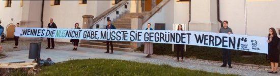 Demonstration von Lehrern und Eltern vor  dem Oberverwaltungsgericht in der vergangenen Woche. Foto: NUS