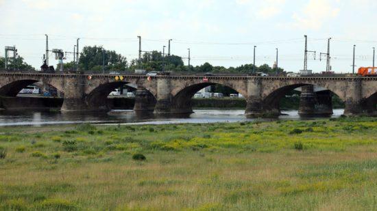 Ein Mann strandete am Mittelpfeiler der Marienbrücke.