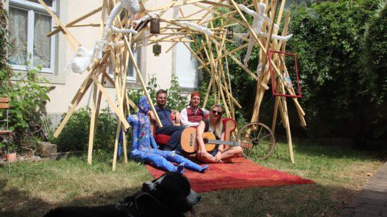 Stefan Grunwald und Thomas Schreiter mit Liedermacherin Tini Bot unter dem von Andreas Gorlitz entworfenen Holzgerüst.