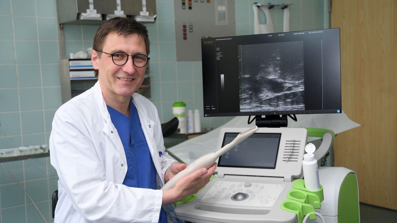 Stephan Bulang, der Chefarzt Urologie mit dem neuen Mikroultraschallgerät. - Foto: Anja Schneider