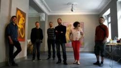 Galerist Oliver Kratz umgeben von Künster Julius Georgi und Heike Dittrich (rechts) sowie Matthias Bausch, Henri Deparade und Ekkehard Tischendorf (links)