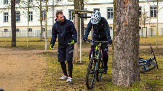 Stefan Scherz erläutert einem Kursteilnehmer die richtige Körperhaltung.