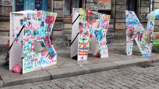 Von Kindern und Herandwachsenden bemalte BRN-Buchstaben auf der Sebnitzer.