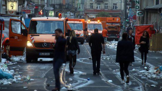 Mit einem Großaufgebot beseitigte die Stadtreinigung jeden Morgen die Müllberge