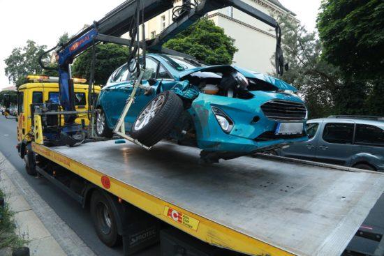 Der zerstörte Ford wurde abtransportiert. Foto: Roland Halkasch