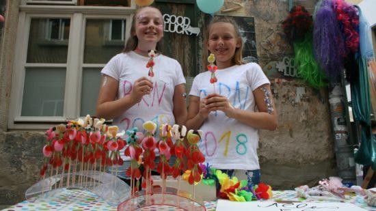 Maxi Treder und Mia Schomer sind mit ihrem Flohmarkt auch Teil der großen Party.