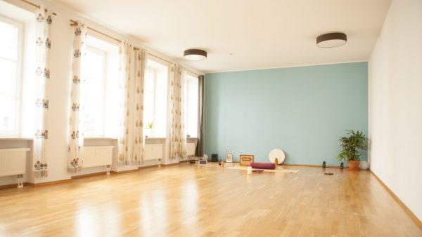 Die Übungsräume im Yogawaves sind hell und modern gestaltet. (Foto: Yogawaves)