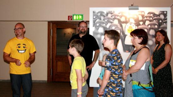 Sören Grochau (im gelben Shirt) entdeckte Lego im Spiel mit seinen Kindern.
