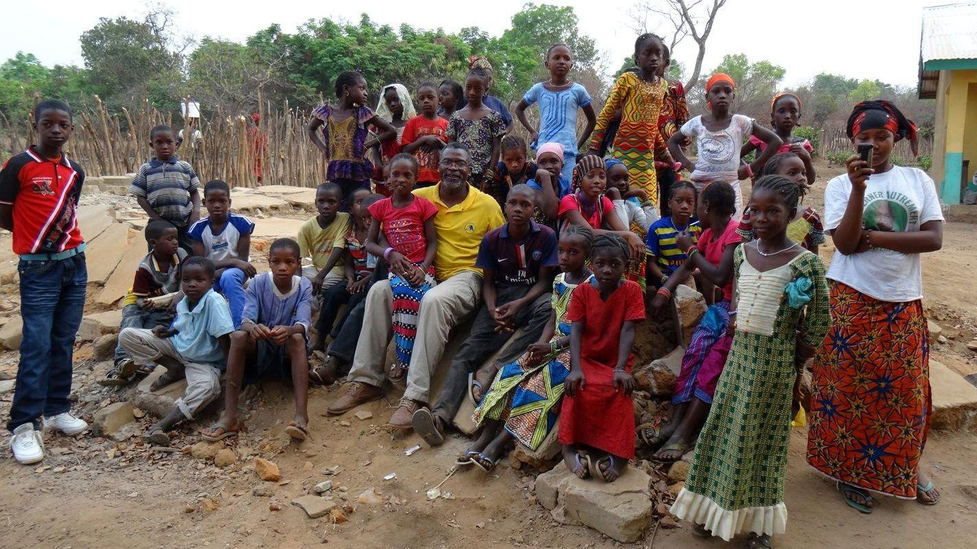 Amadou Yombo Diallo mit Schülern in Guinea.
