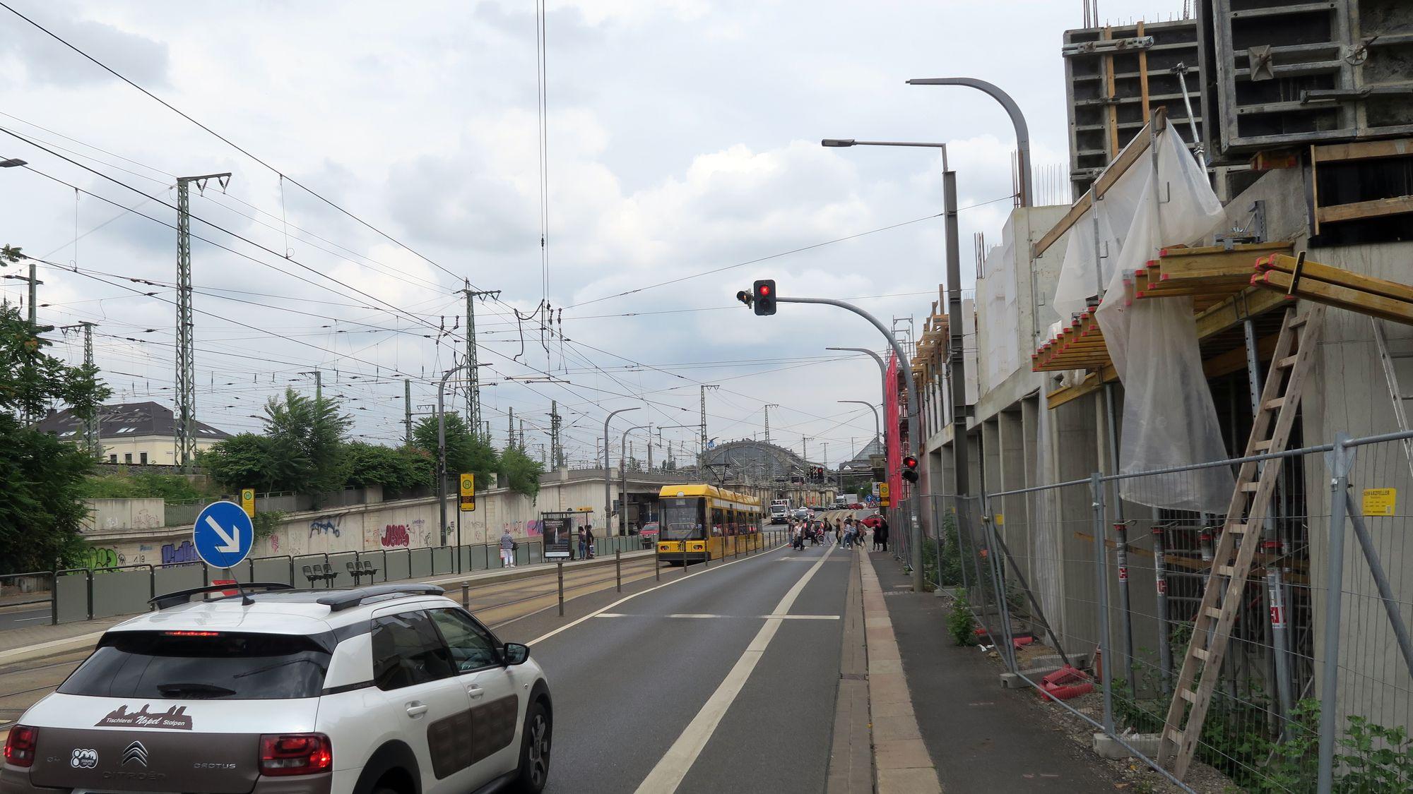 An der Antonstraße wird ein Mast für die Fahrleitungen entfernt.