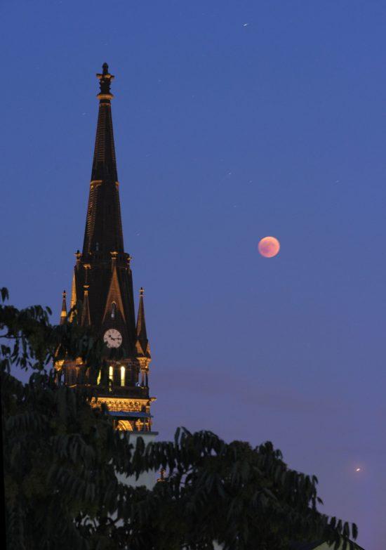 Mondfinsternis an der Martin-Luther-Kirche - Foto: Erich/DD.Photo