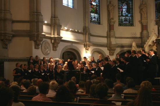 Christiane Büttig dirigiert durch das Konzert.