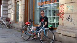 Helmheld Gordian Krahl vor seinem Geschäft an der Hoyerswerdaer Straße
