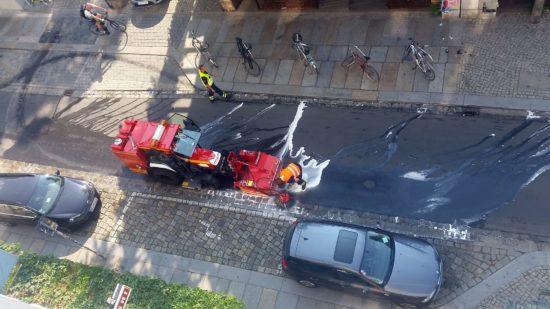 Die Feuerwehr putzt die Alaunstraße wieder blank.