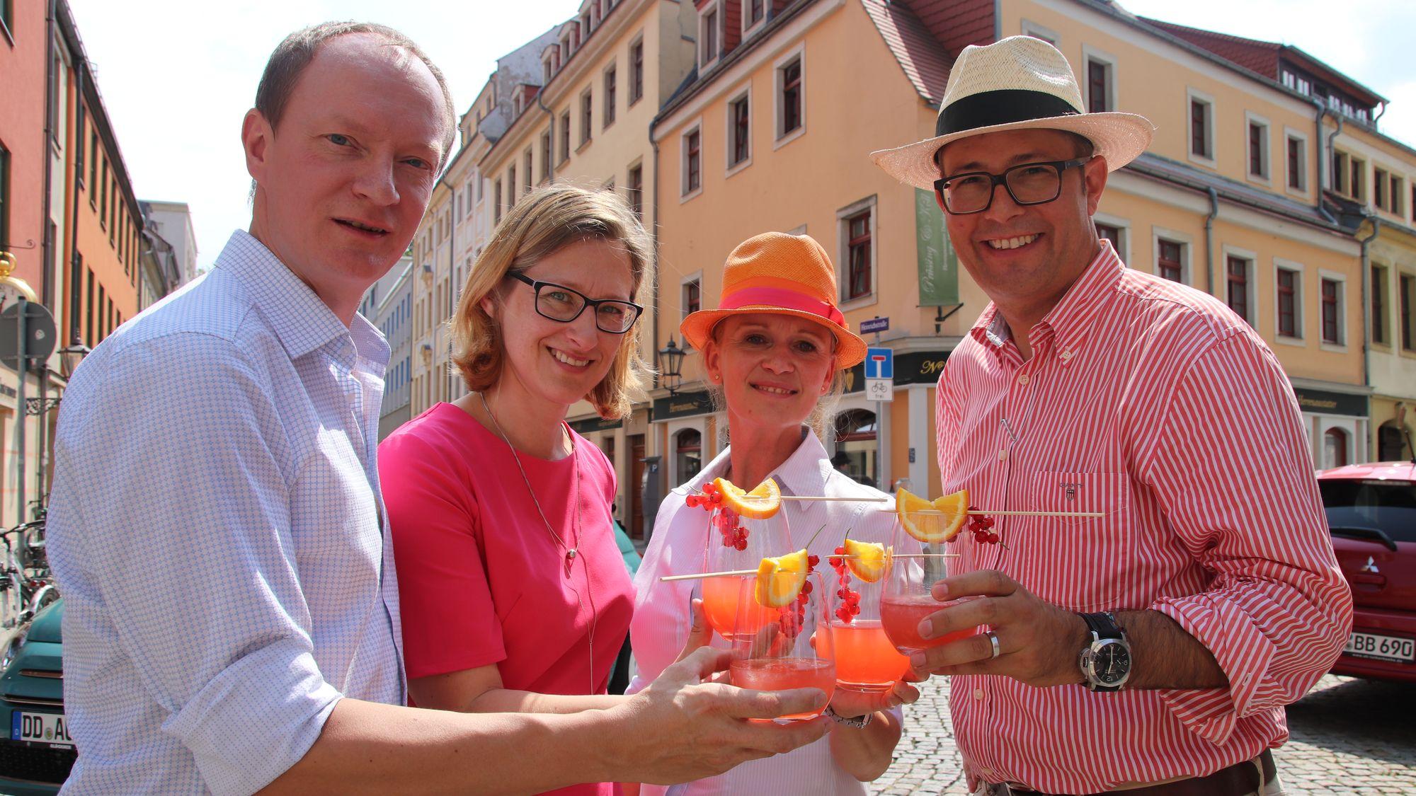 René Arndt, Jutta Rönsch und Franziska Rüpprich organisieren die Cocktailnacht, Adrian Glöckner sponsort den Hauptgewinn. (v.l.)
