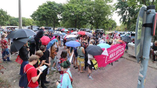 Die Gegendemonstranten hatten reichlich Schirme mitgebracht.