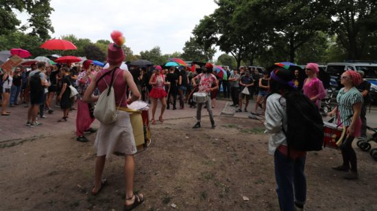 Eine queere Trommelgruppe sorgte für Unterhaltung.