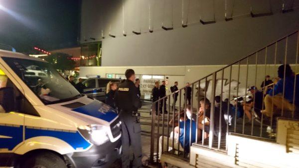 Polizeieinsatz an der Treppe der Turnhalle an der Alaunstraße