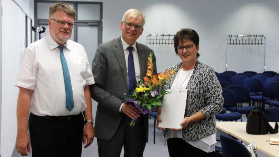 Bildungsbürgermeister Hartmut Vorjohann, Abteilungsleiter Schulen im Landesamt für Schule und Bildung, Uwe Dreske und Schulleiterin Angelika Guder