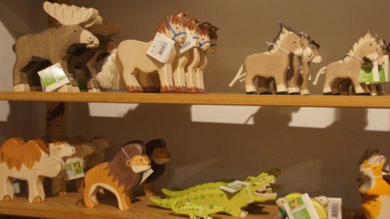 """Holztiere der Marke """"Holztiger"""". Produziert werden sie von Hand in Rumänien."""