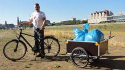 Der Fahrradanhänger im Einsatz: Haus- und Gemeindearbeiter Frank Lehmann an den Elbwiesen