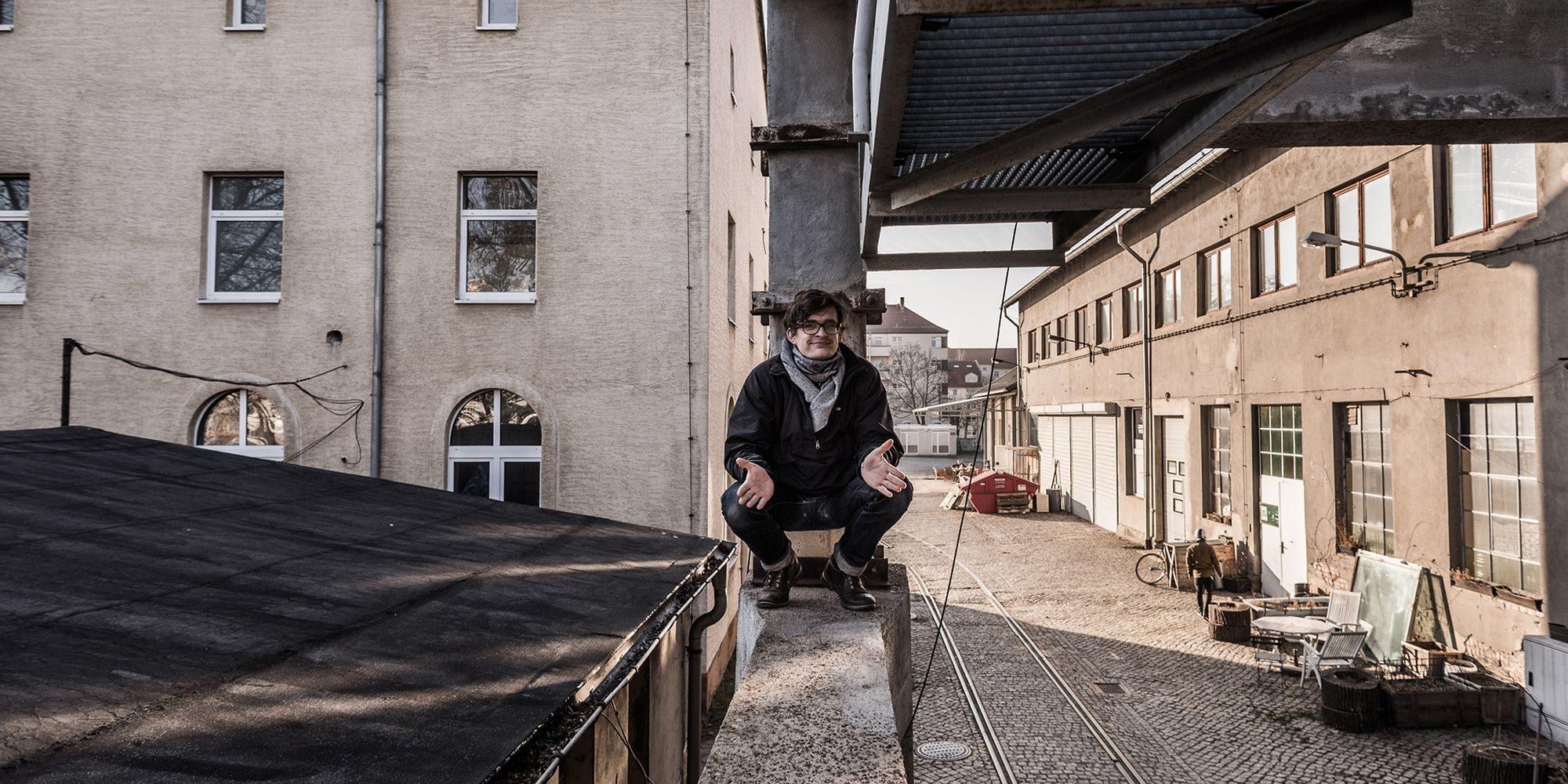 Marco Wildner und das Haus Sieben (rechts im Bild) im Jahre 2015. Das Gebäude links im Bild ist schon abgerissen. Foto:  Thomas Schlorke