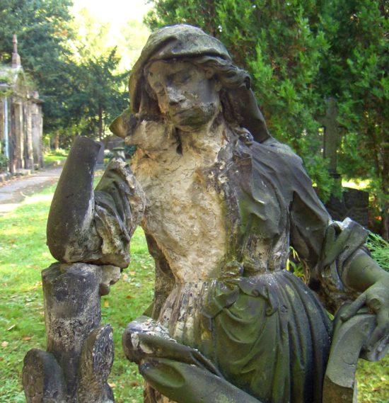 Skulptur auf dem Friedhof